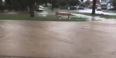 Überschwemmungen und überflutete Straßen: Höhepunkt steht erst bevor