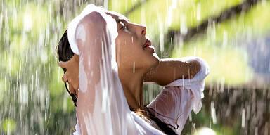 Regen Sommer Sonne Frau Duschen Sexy SYMBOLBILD