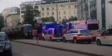 Schrecklicher Unfall in Wien: Frau kollabiert und stürzt vor Bim