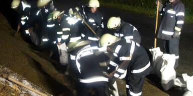 Feuerwehr errichtet Erdwall in Liezen