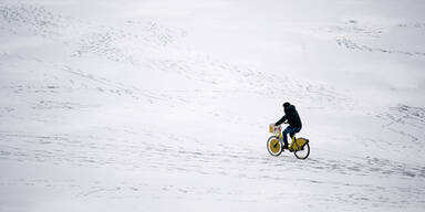Radfahrer auf der zugefrorenen Donau