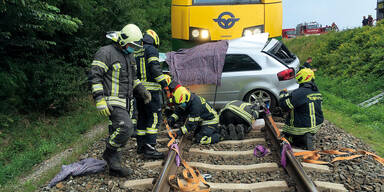 Zwei Tote bei Zugcrash: Pkw wurde 350 Meter mitgeschleift