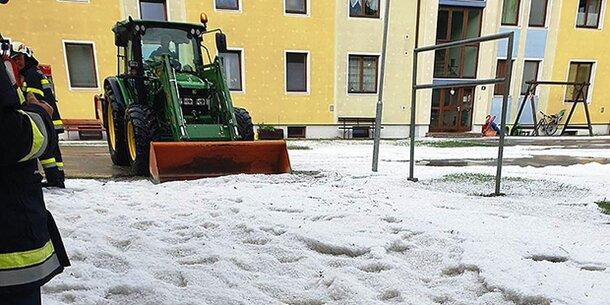 Irre! Hier räumen Schneepflüge Hagelkörner weg