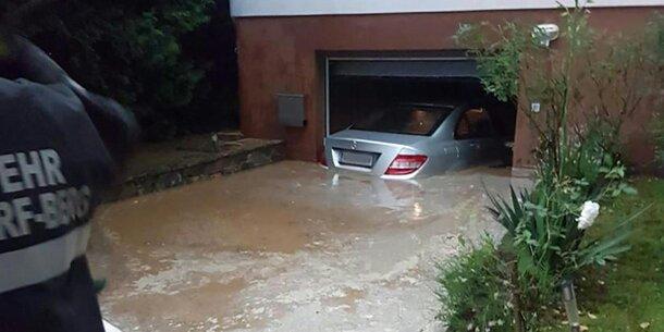 Hier schwimmt ein Pkw an der Garagendecke
