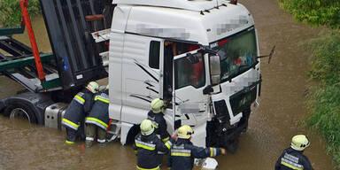 NÖ: Lkw von Brücke in Thaya gestürzt