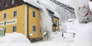 Schnee dachlawine Winter Oberösterreich