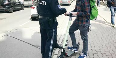 Mobiler Dealer mit E-Scooter von Polizei erwischt