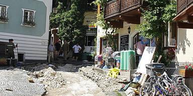 Binnen Minuten wurde der historische Ort komplett verklaust und vermurt.