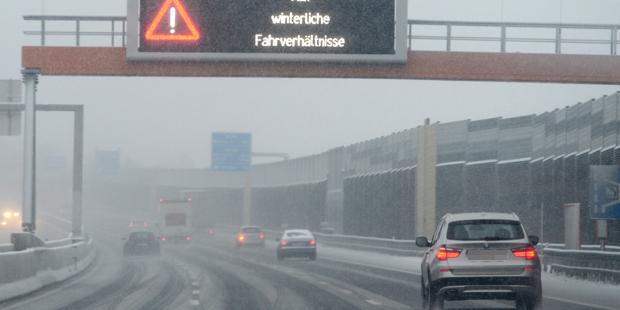 Schnee Winter Autobahn A21 Schneefahrbahn