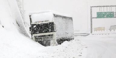 Schnee Autobahn LkW