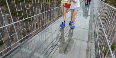 Eine 300 Meter lange Glasbrücke im Shiniuzhai National Geo-park in China wird zur Mutprobe für die Besucher. Sie blicken 180 Meter in die Tiefe.