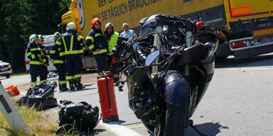 Biker crasht gegen Lkw: Ehefrau am Sozius tot