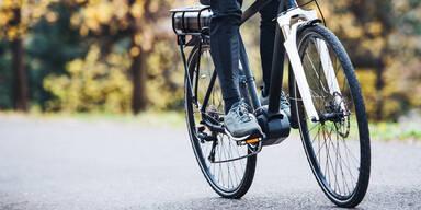 E-Bikerin crasht mit Auto – tot