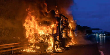 Feuerinferno auf Autobahn
