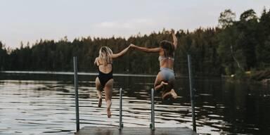 Frauen springen in See.jpg