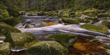 Fluss mit Steinen