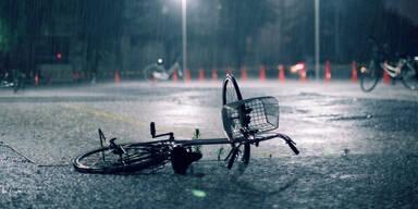 Mädchen von Blitz getroffen und von Auto überfahren