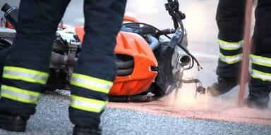 Biker (22) kracht gegen Zaunpfosten und stirbt