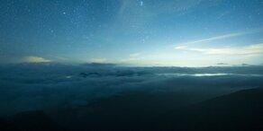 Leuchtende Wolken erhellen Österreichs Nachthimmel