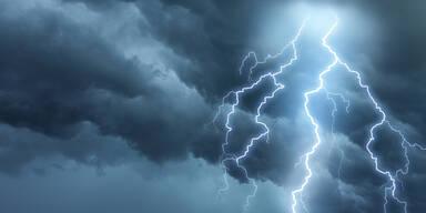 Arbeiter bei Unwetter von Blitz getroffen: Fünf Verletzte