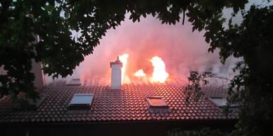 Haus nach Blitzschlag in Graz in Brand