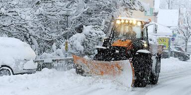 Schneefall Tiefschnee Straßenräumung Wintereinbruch