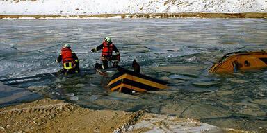 Bagger stürzt in Teich