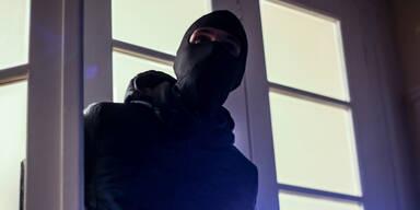 Rabiater Einbrecher ging auf Polizisten los