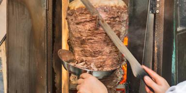 57-Jähriger rastete an Kebab-Stand aus: Männer mit Messer bedroht