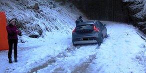 Paar wollte mit Auto über Skipiste auf Berg