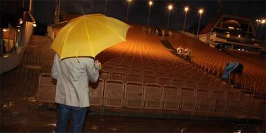 Mörbisch Regen Regenschirm Seebühne Festspiele