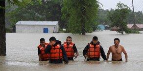 Fast 100 Tote nach Monsunregen in Nepal & Indien