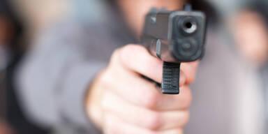 Gast bedroht Türsteher wegen Corona-Zugangsregeln mit Pistole