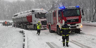 Schnee-Chaos legt Verkehr in Teilen Österreichs lahm