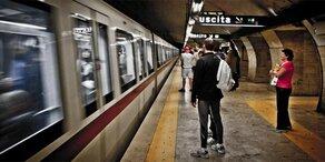 Regen-Drama: Jugendlicher stürzt unter U-Bahn