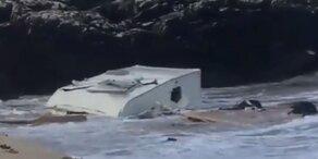 Sturm fegt Wohnwagen über Klippe: Urlauberin tot