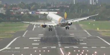 Flugzeug verfehlt Landebahn