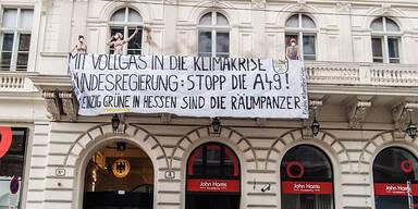 Irrer Nackt-Protest vor Deutscher Botschaft in Wien