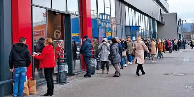 Frau geht trotz Quarantäne auf Shopping-Tour