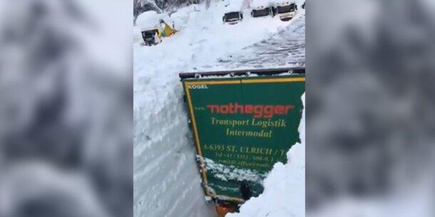 Irres Video: Lkw metertief im Schnee versunken