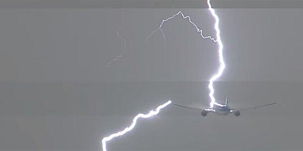 Hier schlägt ein Blitz in eine Boeing ein