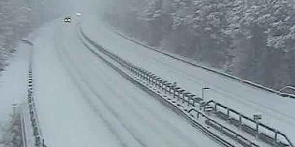 Schneefälle sorgen für Verkehrschaos