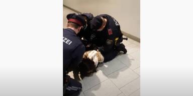 Polizei fixiert Maskenverweigerin am Boden
