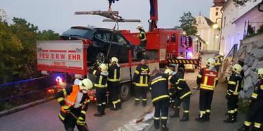 Nackter Lkw-Lenker zerstört sein Auto
