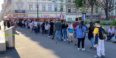 Mega-Schlange: Wiener stürmen Kult-Eissalon