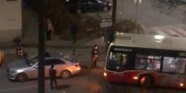 Wiener-Arzt versperrt Linien- Bussen den Weg