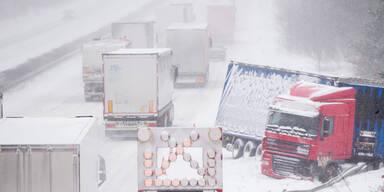 Schneechaos: Autofahrer steckten 16 Stunden im Stau