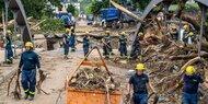 Helfer in Hochwasser-Gebieten attackiert