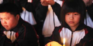 Trauer um die Opfer - Chinesische Schüler halten eine Mahnwache