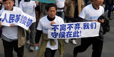 Angehörige der Opfer gehen in Peking auf die Straße
